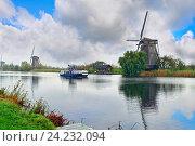 Деревня Киндердейк, вид на старинные ветряные мельницы 1740 года постройки. Провинция Южная Голландия, Нидерланды (2014 год). Стоковое фото, фотограф Bala-Kate / Фотобанк Лори