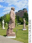 """Купить «Скульптура «Ленин» (скульптор В. Д. Чазов, 1970-е, гранит) в парке искусств """"Музеон"""" в Москве», эксклюзивное фото № 24232650, снято 1 июля 2016 г. (c) lana1501 / Фотобанк Лори"""