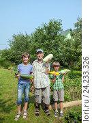 Купить «Дедушка с внуками в огороде с урожаем кабачков», фото № 24233326, снято 24 июля 2016 г. (c) Юлия Кузнецова / Фотобанк Лори