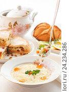 Традиционный татарский праздничный стол. Токмач - суп с лапшой с курицей. Стоковое фото, фотограф Ольга Соловьева / Фотобанк Лори