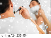 Купить «close up of man shaving beard with razor blade», фото № 24235954, снято 15 января 2016 г. (c) Syda Productions / Фотобанк Лори