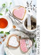 Купить «Пряники в форме сердца», фото № 24236378, снято 21 мая 2019 г. (c) Максим Стриганов / Фотобанк Лори