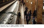 Толпа на станции метро в Москве (2016 год). Редакционное видео, видеограф Алла Сизинцева / Фотобанк Лори