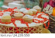 Купить «Кексы на подносе украшенном красными бусами», фото № 24239550, снято 11 ноября 2016 г. (c) Краснова Ирина / Фотобанк Лори