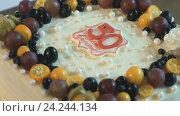 Купить «Торт для золотой свадьбы (50 лет)», видеоролик № 24244134, снято 19 ноября 2016 г. (c) worker / Фотобанк Лори