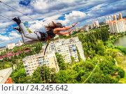 Роупджамперский прыжок на фоне городского пейзажа (2015 год). Редакционное фото, фотограф Сергей Васильев / Фотобанк Лори