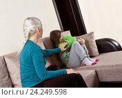 Купить «Разговор мамы с дочкой», фото № 24249598, снято 21 ноября 2016 г. (c) Элина Гаревская / Фотобанк Лори