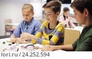 Купить «happy children learning at robotics school», видеоролик № 24252594, снято 26 октября 2016 г. (c) Syda Productions / Фотобанк Лори