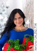 Красивая девушка с новогодними подарками. Стоковое фото, фотограф Евгений Андреев / Фотобанк Лори