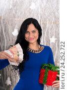 Красивая девушка с деньгами и подарком. Стоковое фото, фотограф Евгений Андреев / Фотобанк Лори