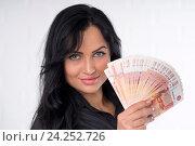 Красивая брюнетка с деньгами в руках. Стоковое фото, фотограф Евгений Андреев / Фотобанк Лори