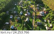 Купить «Деревянные домики и участки в дачном поселке, вид сверху», фото № 24253766, снято 3 июля 2018 г. (c) Кекяляйнен Андрей / Фотобанк Лори