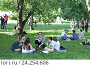 Купить «Москва, люди на лужайке летом. Парк Горького», эксклюзивное фото № 24254606, снято 29 мая 2016 г. (c) Дмитрий Неумоин / Фотобанк Лори