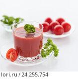 Томатный сок в стакане и свежие помидоры. Стоковое фото, фотограф Анастасия Богатова / Фотобанк Лори