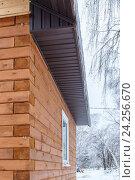 Угол деревянного дома (2016 год). Стоковое фото, фотограф Дмитрий Тищенко / Фотобанк Лори
