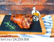 Купить «Жареная свиная ножка с чесночным соусом», фото № 24259006, снято 6 марта 2016 г. (c) Дарья Петренко / Фотобанк Лори