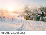 Купить «Зимний сельский пейзаж - деревянный домик посреди зимней деревни в закатном свете под падающим снегом», фото № 24263282, снято 24 марта 2019 г. (c) Зезелина Марина / Фотобанк Лори