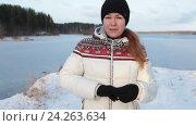 Купить «Девушка в зимней куртке пуховике говорит в камеру на берегу замерзшего озера», видеоролик № 24263634, снято 9 ноября 2016 г. (c) Кекяляйнен Андрей / Фотобанк Лори