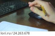 Отражение Интернет-серфингв на поверхности стола. Стоковое видео, видеограф Video Kot / Фотобанк Лори