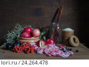 Натюрморт с садовыми фруктами, ягодами и деревянной кухонной утварью для приготовления домашнего компота. Стоковое фото, фотограф Дарья Серебрякова / Фотобанк Лори