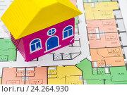 Купить «Деревянный домик и чертеж нового дома», фото № 24264930, снято 24 апреля 2016 г. (c) Сергеев Валерий / Фотобанк Лори
