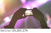 Купить «Человек снимает на смартфон концерт», видеоролик № 24265274, снято 21 июля 2019 г. (c) Vitalii Popov / Фотобанк Лори