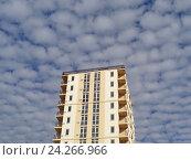 Купить «Здание новостройки на фоне облаков», фото № 24266966, снято 3 ноября 2016 г. (c) DiS / Фотобанк Лори