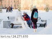 Купить «Зима пришла. Девушки делают селфи со снеговиком», фото № 24271610, снято 25 ноября 2016 г. (c) Лариса Капусткина / Фотобанк Лори