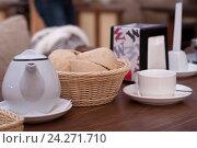 Купить «Белый нарезанный хлеб в плетёной корзинке на столе. Акцент, фокус,на хлебе», эксклюзивное фото № 24271710, снято 22 ноября 2016 г. (c) Svet / Фотобанк Лори