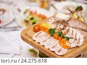 Купить «wood plate with food at restaurant», фото № 24275618, снято 29 декабря 2015 г. (c) Дмитрий Калиновский / Фотобанк Лори
