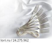 Старинные вилки с жемчужной нитью на белом шелковом фоне. Стоковое фото, фотограф Юлия Дьякова / Фотобанк Лори
