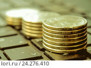 Купить «Столбики монет на клавиатуре компьютера . Концепция онлайн оплаты счетов и расходов», фото № 24276410, снято 14 декабря 2014 г. (c) Сергеев Валерий / Фотобанк Лори