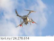 Купить «Радиоуправляемый квадрокоптер с видеокамерой летит на фоне неба с облаками», фото № 24278614, снято 3 сентября 2016 г. (c) Владимир Сергеев / Фотобанк Лори