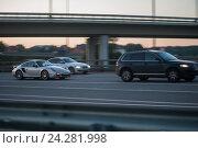 Купить «Взаимовыручка на дороге: внедорожник буксирует спортивный автомобиль Porshe на многополосном загородном шоссе вечером», фото № 24281998, снято 21 июля 2016 г. (c) Сайганов Александр / Фотобанк Лори