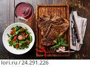 Купить «Стейк с салатом и вином», фото № 24291226, снято 28 июня 2016 г. (c) Лисовская Наталья / Фотобанк Лори