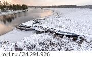Купить «Деревянные мостки к открытой воде реки на занесенном снегом болоте. Зима, закат. Карелия», фото № 24291926, снято 4 ноября 2016 г. (c) Кекяляйнен Андрей / Фотобанк Лори