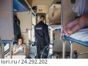 Купить «Полицейский проверяет пассажирский вагон», фото № 24292202, снято 27 сентября 2016 г. (c) Михаил Трибой / Фотобанк Лори