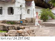 Купить «Женщина турист босиком в носках идет по территории священного пещерного храма Дамбулла Шри Ланка», фото № 24297042, снято 5 ноября 2009 г. (c) Эдуард Паравян / Фотобанк Лори