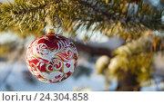 Купить «Стеклянная игрушка на елке», видеоролик № 24304858, снято 1 декабря 2016 г. (c) Сергей Кальсин / Фотобанк Лори