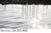 Купить «Icicles hanging over the water on a background of Sun flare», видеоролик № 24305466, снято 2 ноября 2016 г. (c) Serg Zastavkin / Фотобанк Лори