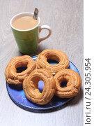 Купить «Пирожные кольца с творогом и чашка с кофе на столе», эксклюзивное фото № 24305954, снято 2 декабря 2016 г. (c) Яна Королёва / Фотобанк Лори
