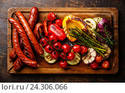 Купить «Колбаски и овощи на гриле», фото № 24306066, снято 26 июля 2016 г. (c) Лисовская Наталья / Фотобанк Лори