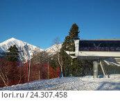 Купить «Станция канатной дороги, снежные вершины, горнолыжный курорт Красная Поляна», фото № 24307458, снято 1 апреля 2016 г. (c) DiS / Фотобанк Лори