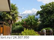 Вид на горы с лужайки перед домом. Стоковое фото, фотограф Добыш Александр / Фотобанк Лори