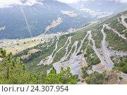 Извилистая горная дорога к вершине горы. Стоковое фото, фотограф Добыш Александр / Фотобанк Лори