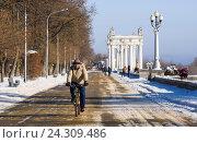 Волгоград. Россия. Вид на аллею Центральной набережной зимой мужчина на велосипеде (2016 год). Редакционное фото, фотограф Гетманец Инна / Фотобанк Лори