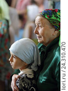 Купить «Бабушка с внучкой на Троицу в Троицком соборе Николо-Берлюковской пустыни», эксклюзивное фото № 24310470, снято 19 июня 2016 г. (c) Дмитрий Неумоин / Фотобанк Лори
