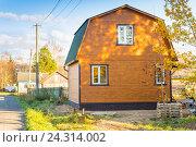 Купить «Новый деревянный дом с ломаной крышей, крытой ондулином», фото № 24314002, снято 3 октября 2016 г. (c) Сергей Дубров / Фотобанк Лори