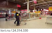 Купить «Moscow, Russia-November 30.2016. Customers in large store network Auchan», видеоролик № 24314330, снято 30 ноября 2016 г. (c) Володина Ольга / Фотобанк Лори