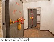 Бомбоубежище гражданской обороны. Гермодверь (2014 год). Стоковое фото, фотограф Sashenkov89 / Фотобанк Лори